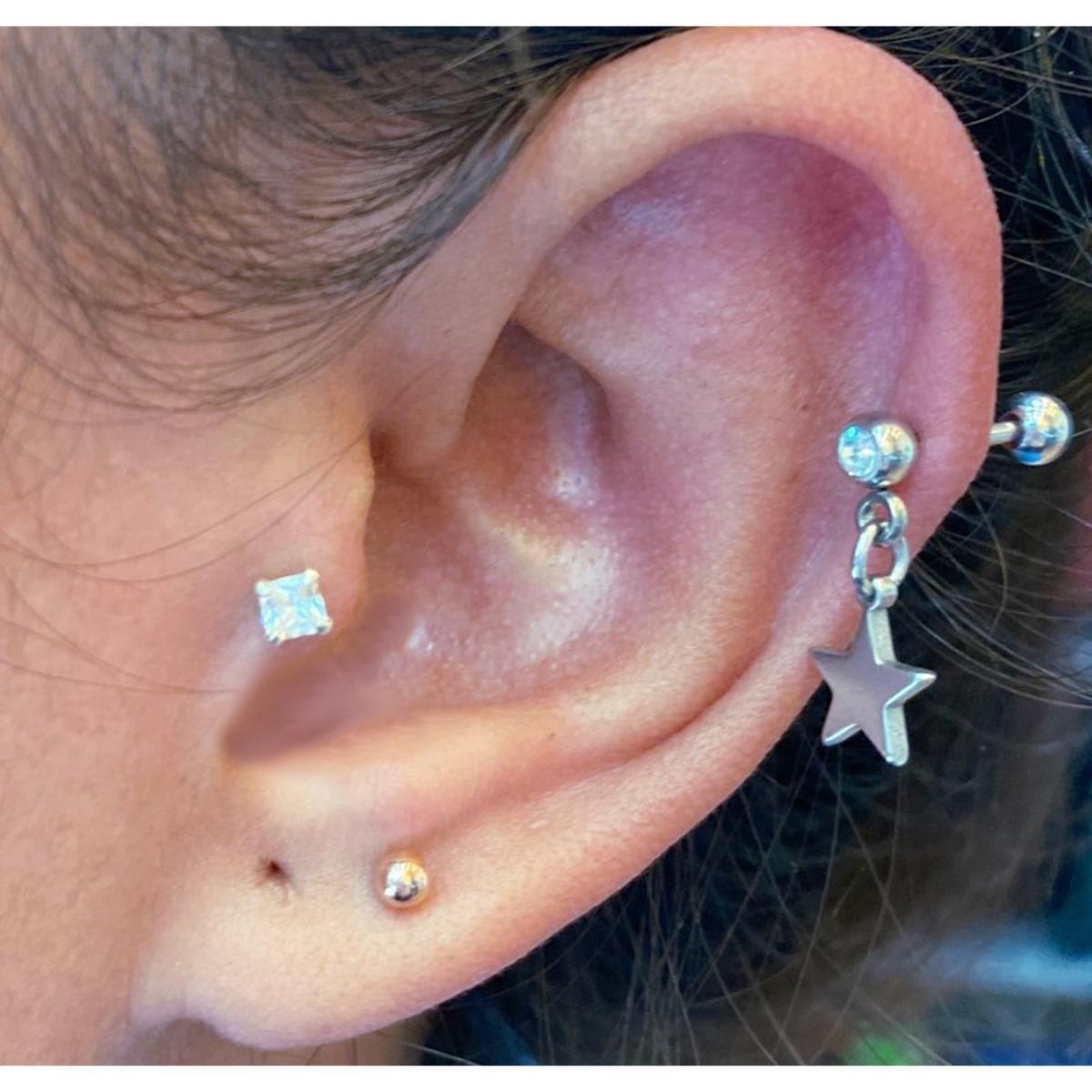 Piercing cartilage hélix étoile cristal rouge